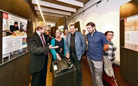 AM AKTENSTECHER: (v.l.) Kurator Dr. Patrick Sturm, Kulturchefin Dr. Susanne Asche, Archivleiter Dr. Ernst Otto Bräunche, Eric Wychlaszc.