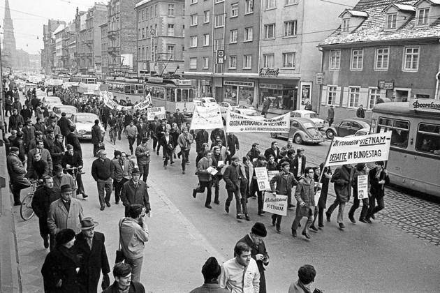 GEGEN DIE VIETNAMPOLITIK AMERIKAS protestieren Demonstranten beim Zug durch die Kaiserstraße. Foto: Bildarchiv Schlesiger