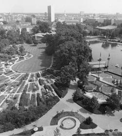 Luftbild des Rosengartens und der Seebühne in den 1970er-Jahren. <br />Foto: StadtAK 8/Bildstelle II 1343a