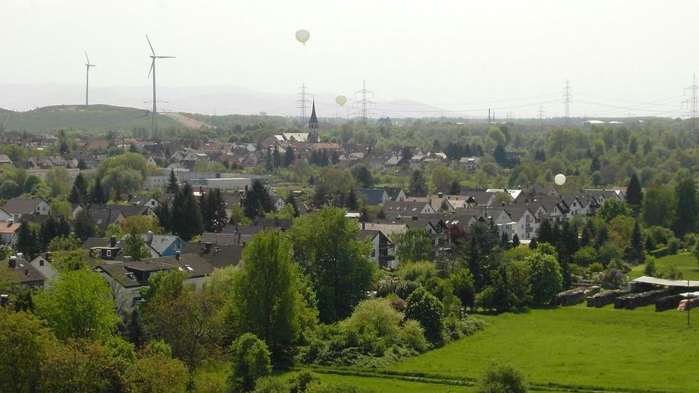 """Blick nach """"Alt Knielingen"""" mit der evangelischen Kirche in der Saarlandstraße (Bild: Bürgerverein Knielingen)"""