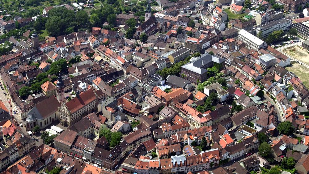 Auf dem Luftbild ist der ringförmige Verlauf der mittelalterlichen Stadtmauer zu sehen