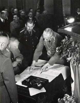 Unterzeichnung der Eingemeindungsvereinbarung durch den Karlsruher Oberbürgermeister Friedrich Jäger am 1. April 1938. Foto: Stadt Karlsruhe, Stadtarchiv