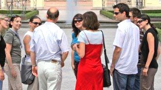 Touristengruppe vor dem Karlsruher Schloss