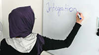 Une femme portant le foulard écrit sur un tableau